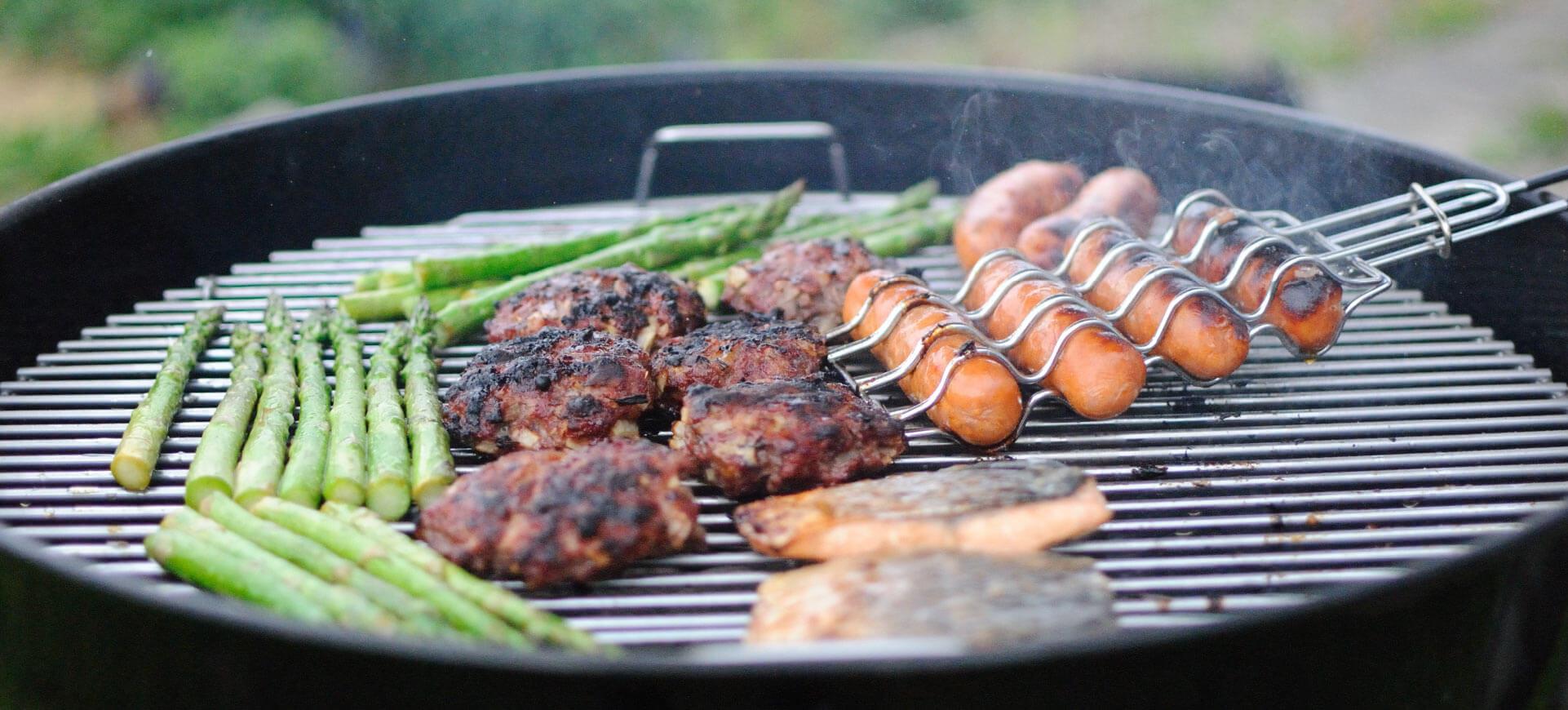 Gemüse und Fleisch werden auf Grill gegrillt