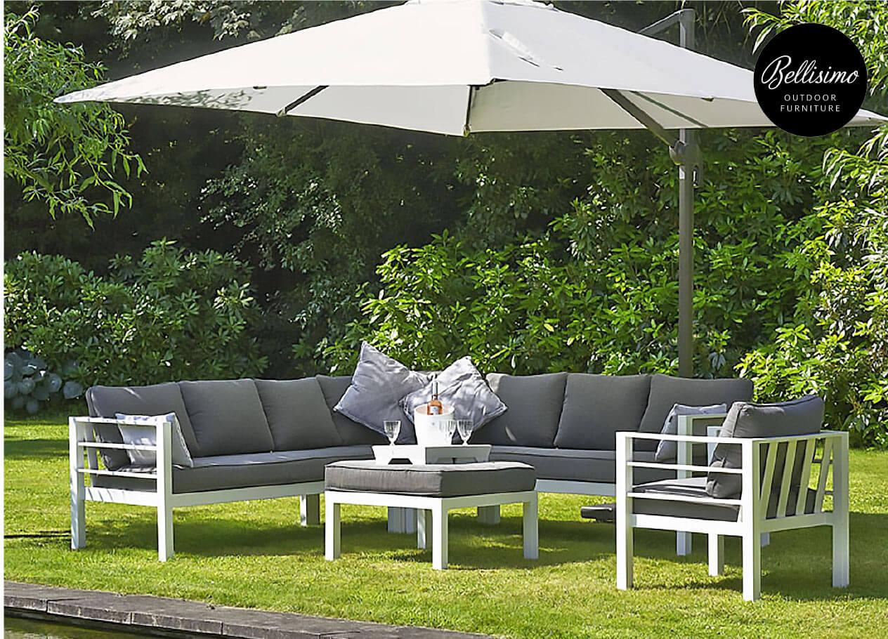 Gartensitzgruppe mit großem Sonnenschirm in einem Garten