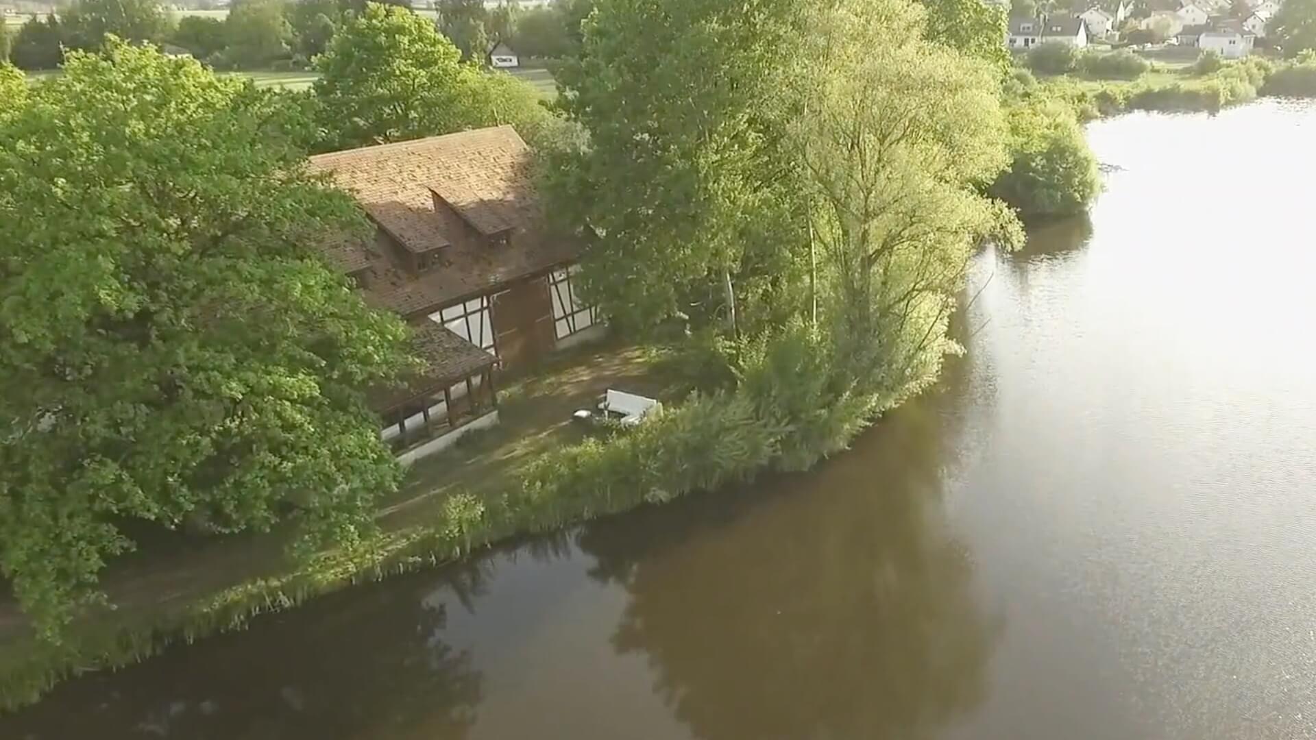 Luftaufnahme eines ländlichen Hauses