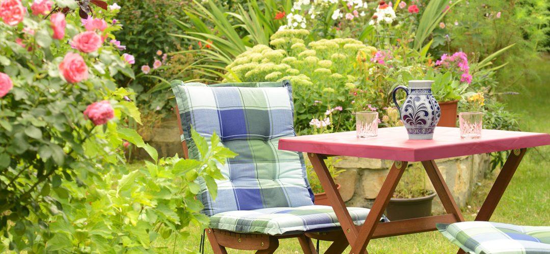 Gartenmöbel auf Rasen
