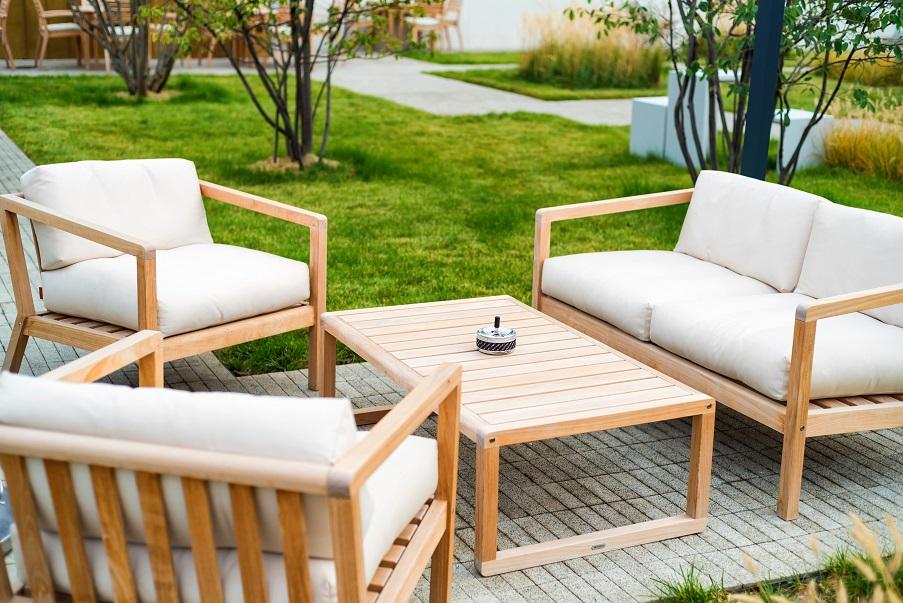 Sitzgruppe aus Holz mit weißen Stoffbezügen