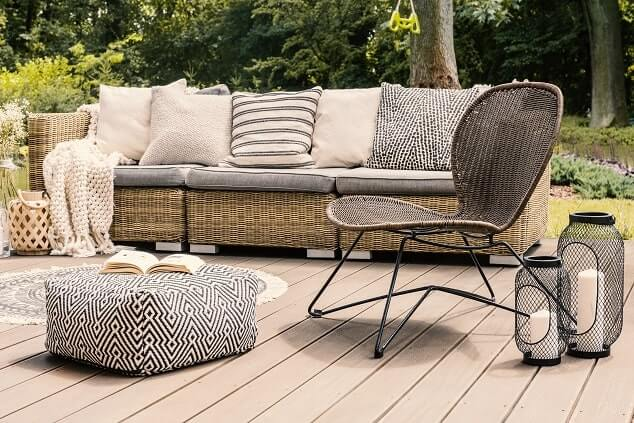Loungemöbel im Garten mit gemütlichen Kissen