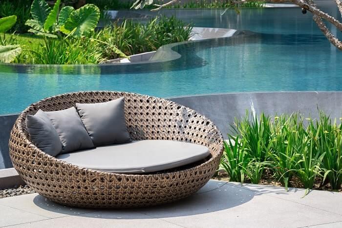 Runde Gartenlounge vor einem Pool